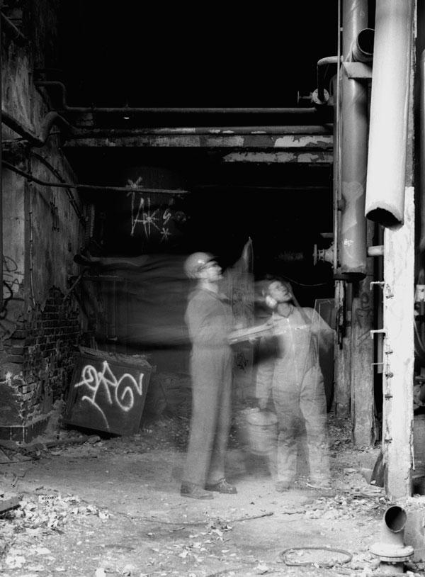 Die Fotoserie widmet sich der Auseinandersetzung mit einem verlassenen Halbleiterwerk in der Zschocherschen Straße in Leipzig. Dargestellt ist der Prozess der Entschleunigung der einst rasant laufenden Fabrik, als sie noch nicht still gelegt war.Der in das Bild gebrachte Mensch stellt die Luecke dar, welche ohne ihn nicht zum Jetztzustand geführt haette.Das alte Halbleiterwerk scheint vergessen, dennoch nicht tod, da es in anderer kultureller Anwendung zu neuem Nutzen findet.